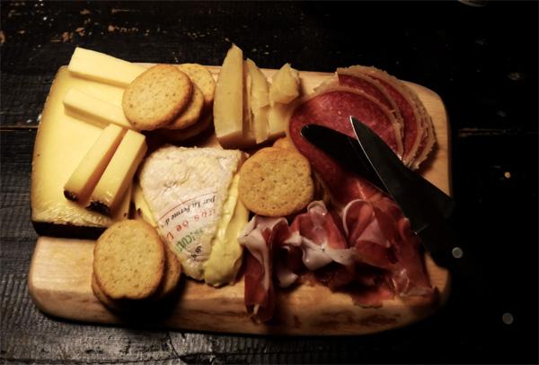 Bricka med ost och chark