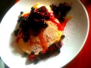 Amerikanska pannkakor med dina bästa bär och pannkakssirap