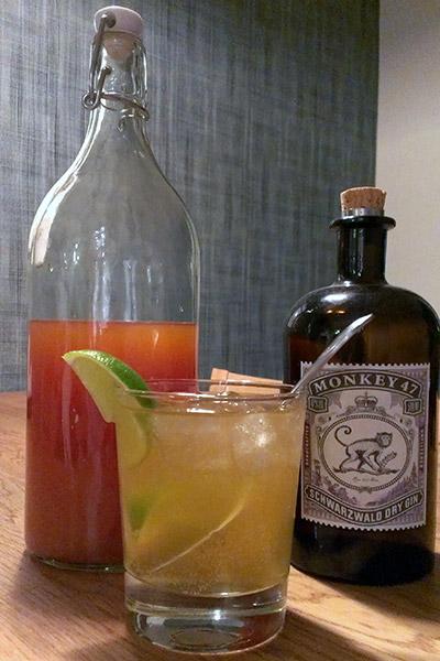 Gin Tonic - slutresultatet. En flaska tonic, en flaska Monkey Gin och en färdigblandad drink